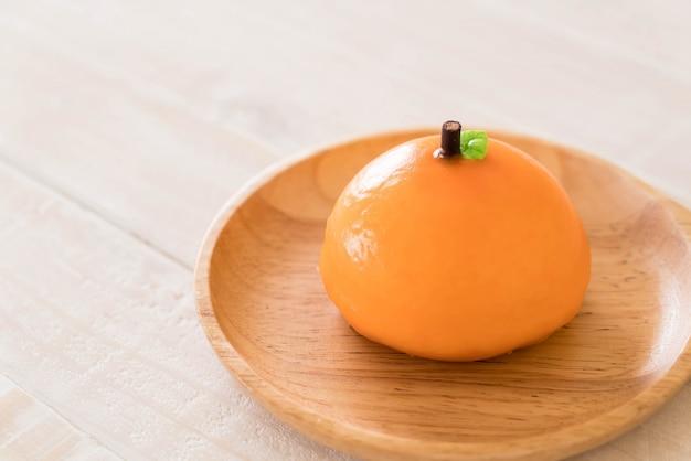 プレート上にオレンジ色のケーキ