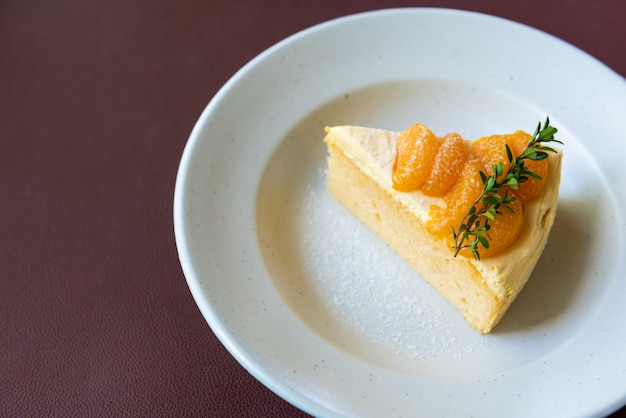 Апельсиновый пирог с апельсиновым топингом на белом блюде
