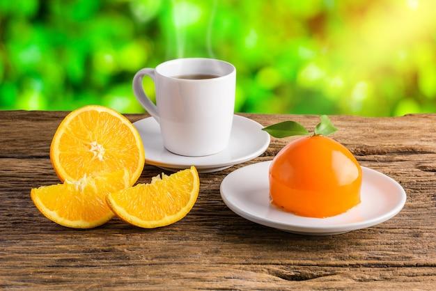 オレンジ色のケーキ、オレンジ色の形、半月三日月、フルフレッシュオレンジフルーツ木製テーブル