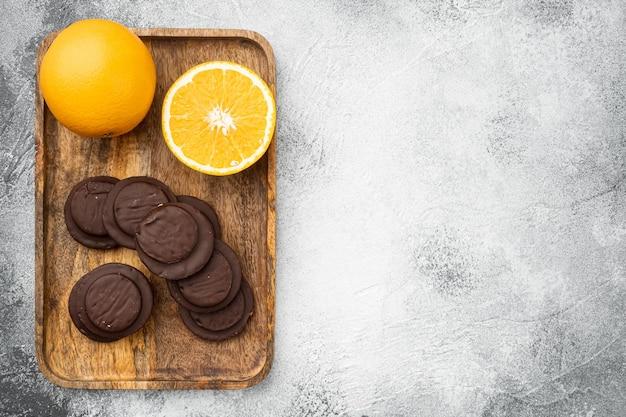 오렌지 초콜릿 코팅 비스킷 케이크 세트, 회색 배경, 위쪽 뷰 플랫 레이, 텍스트 복사 공간