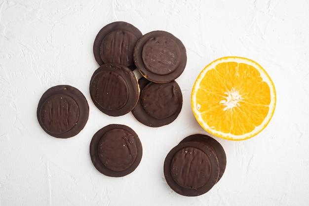 오렌지 초콜릿 코팅 비스킷 케이크 세트, 흰색 돌 테이블 배경, 평면도