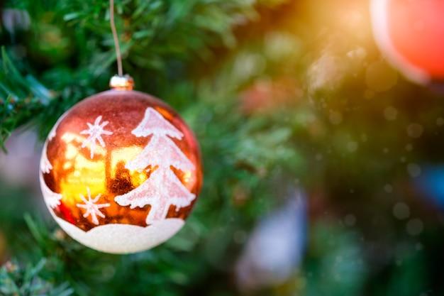 햇빛 빛나는 배경으로 나무에 매달려 오렌지 크리스마스 공