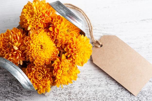 木製の箱にオレンジ色の菊の花