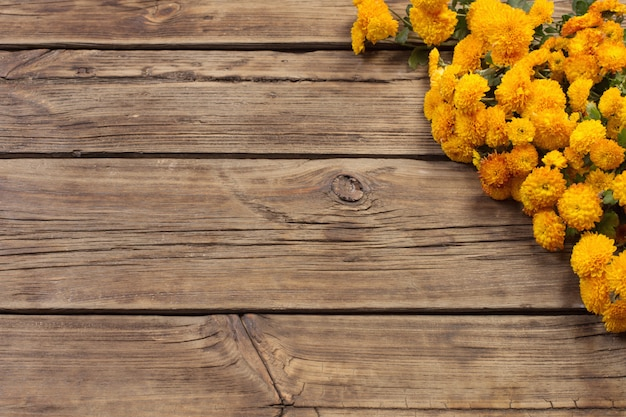 古い木製の背景にオレンジ色の菊