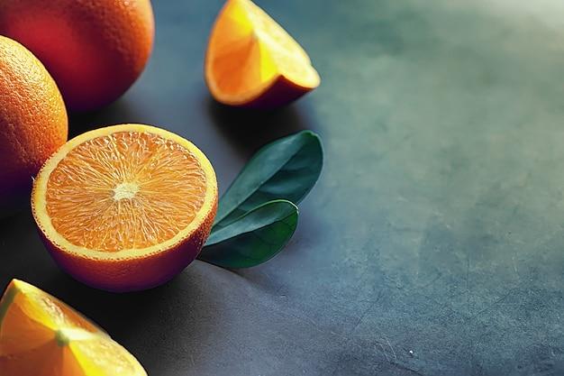 돌 테이블에 오렌지 감귤 류의 과일입니다. 오렌지 배경입니다.