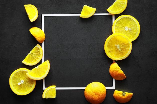Оранжевые цитрусовые на каменном столе. оранжевый фон.