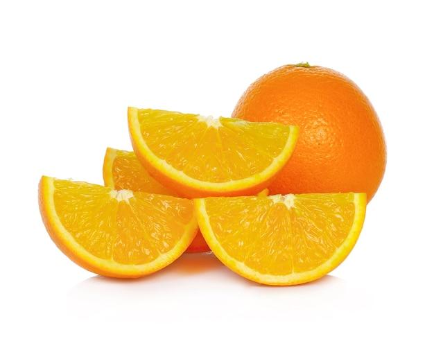 白で分離されたオレンジの柑橘系の果物の部分