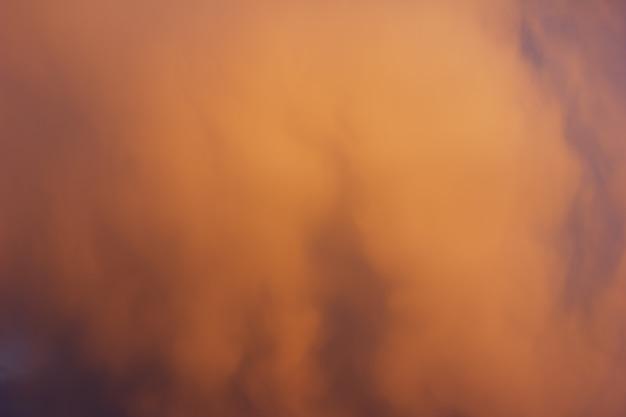 Оранжевое облако на закате в небе