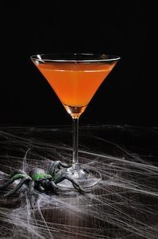 ハロウィーンのグラスにオレンジカクテル