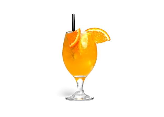 白い背景で隔離のオレンジ色のカクテル
