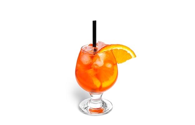 오렌지 칵테일 흰색 배경에 고립