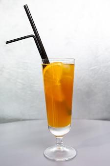 유리 유리에 오렌지 슬라이스 오렌지 칵테일.