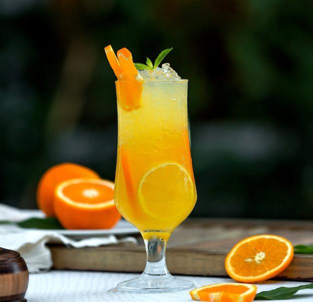オレンジのカクテル、氷とオレンジのそり