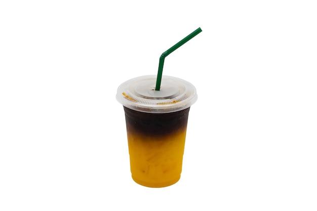 オレンジ色の冷たい醸造コーヒーは白い背景で隔離