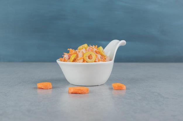 혼합 재료와 체리 토마토와 오렌지 컬러 당근 샐러드.