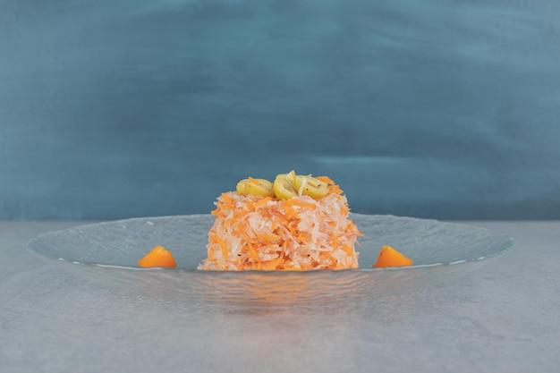 Салат из моркови оранжевого цвета со смешанными ингредиентами и помидорами черри.