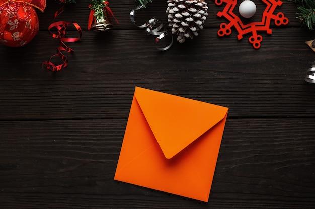 願いを込めてサンタのクリスマスの装飾の手紙と背景にオレンジ色の手紙