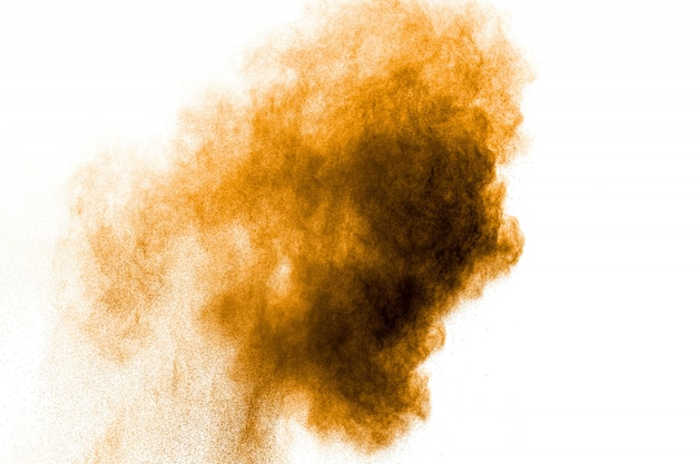 Оранжевый цвет порошок взрыв на белом фоне. оранжевый цвет всплеска пыли.