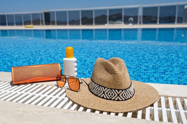 Оранжевые пляжные аксессуары возле бассейна