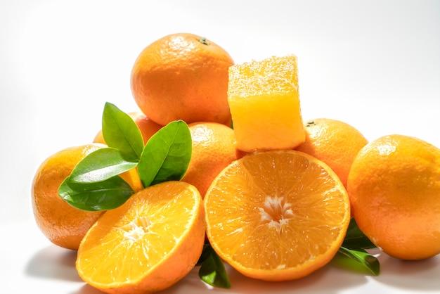 흰색 바탕에 오렌지 조합