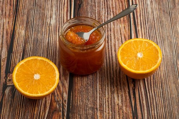 ガラスの瓶の中のオレンジ色のコンフィチュール。