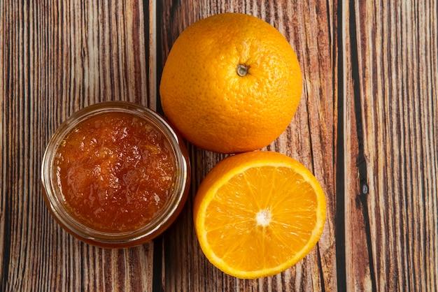Апельсиновый конфитюр в стеклянной банке.
