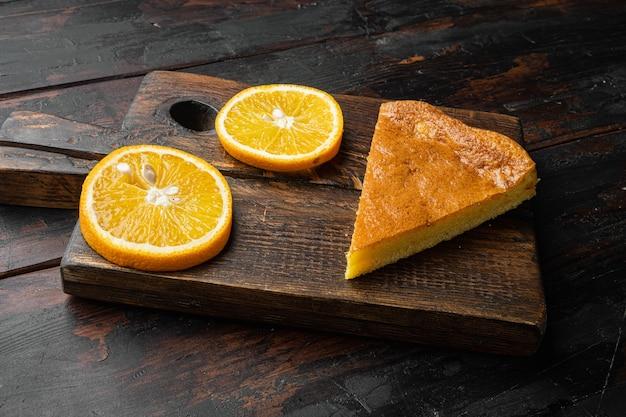 오래 된 어두운 나무 테이블 배경에 오렌지 옥수수 케이크 디저트 세트