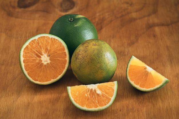 나무 테이블에 오렌지 컷
