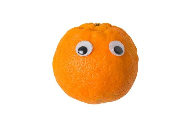 白い背景に分離されたオレンジ色の目。変な顔の食べ物。創造的なアイデア。