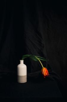 꽃병에 오렌지 머 금고 꽃