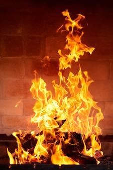 Оранжевое пламя от сжигания дров в кирпичном мангале