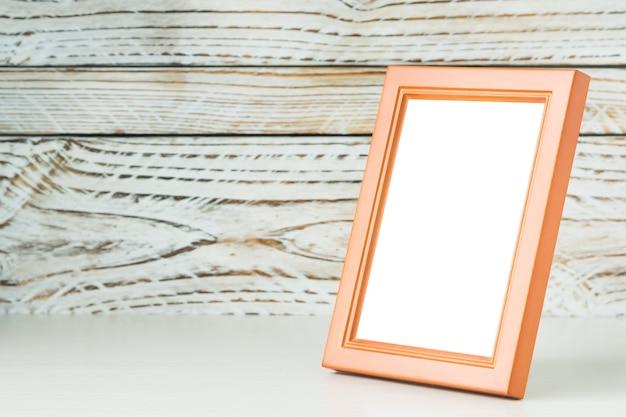 木製の背景にオレンジ色の枠