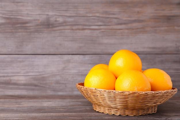 회색 배경에 바구니에 오렌지 과일