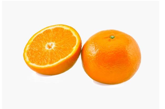 白い背景に分離されたオレンジ色の果実。健康食品。