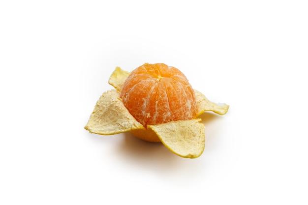 白い背景に分離されたオレンジ色の果実。