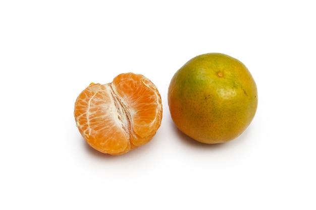 Оранжевый плод, изолированные на белом фоне.