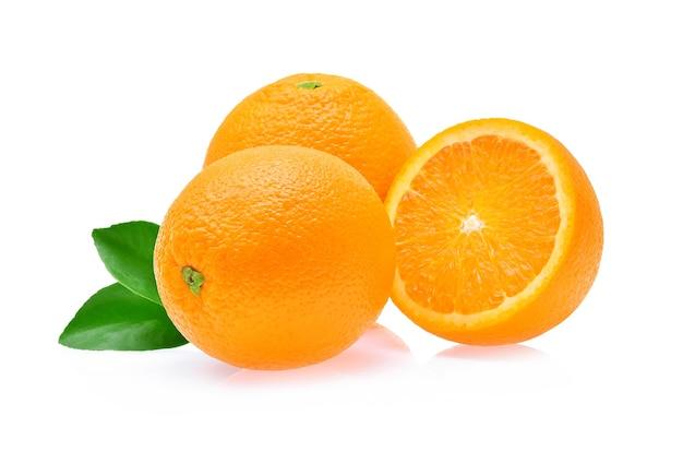 白い背景で隔離のオレンジ色の果実