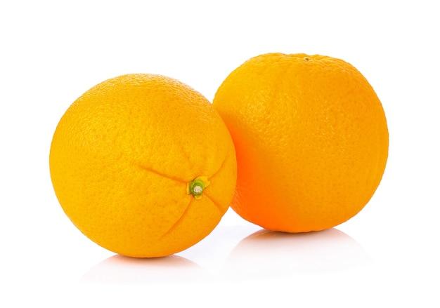 白い背景に分離されたオレンジ色の果実