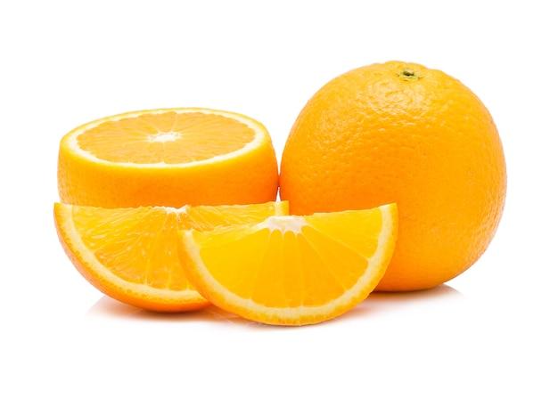 白で分離されたオレンジ色の果実