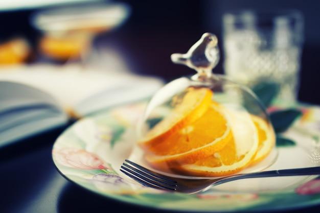 皿の上のオレンジ色の果物