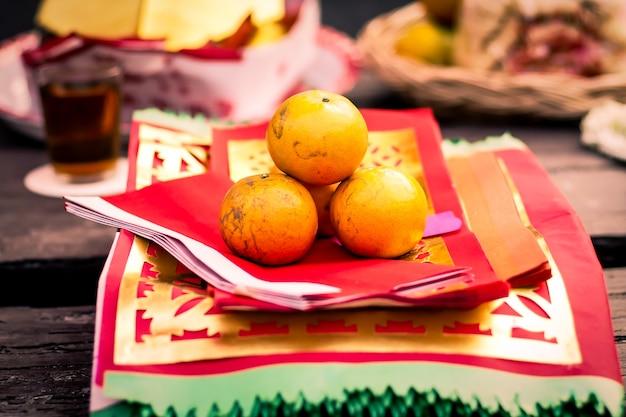 중국 새해에 기도하기 위해 중국 전통 종이에 오렌지 과일