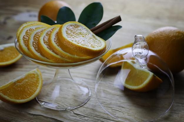 木製の背景にオレンジ色の果実
