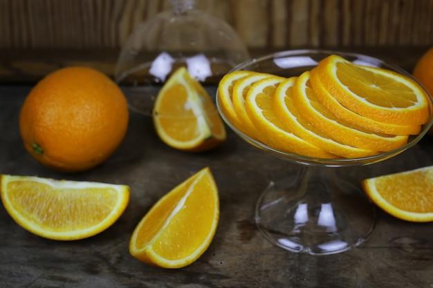 Апельсиновый фрукт на деревянном фоне