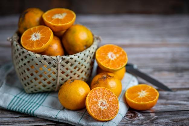 나무에 오렌지 과일입니다. 만다린 오렌지. 귤 오렌지. 방비 엥 오렌지. 신선한 오렌지 과일. 건강한 과일.