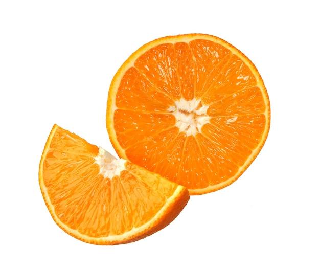 オレンジ。白い背景で隔離のオレンジスライス。新鮮な果物。