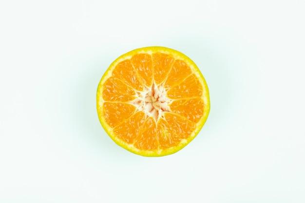 오렌지 과일 원료 높은 비타민 c 산화 방지제는 흰색 배경 클리핑 경로에 격리