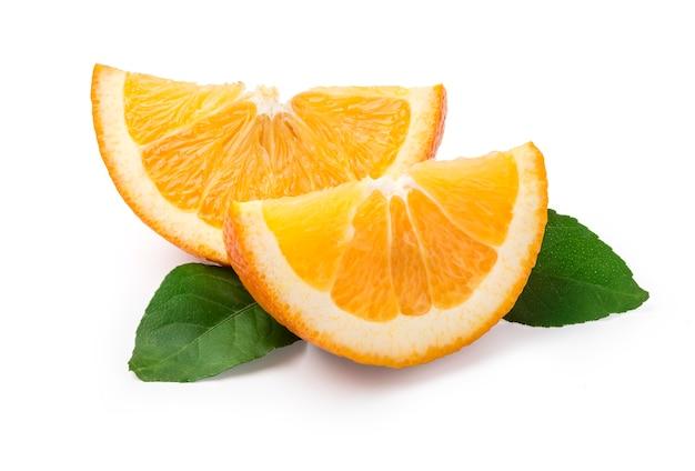 Кусочек апельсина, изолированные на белом фоне