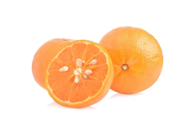 オレンジ色の果物のスライスに孤立した白い背景