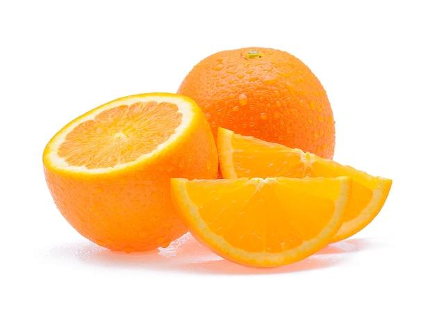 白い背景で隔離の滴とオレンジ色の果実