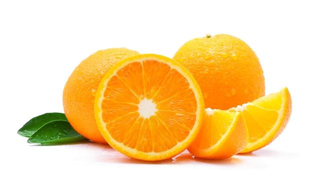 Апельсиновый фрукт с каплями, изолированные на белом фоне